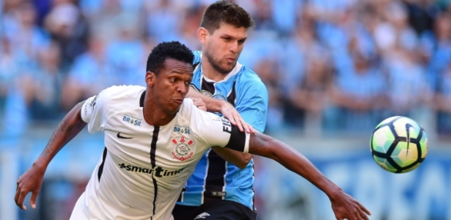 Center jo do corinthians disputa a bola com kannemann do gremio 1498420518527 615x300